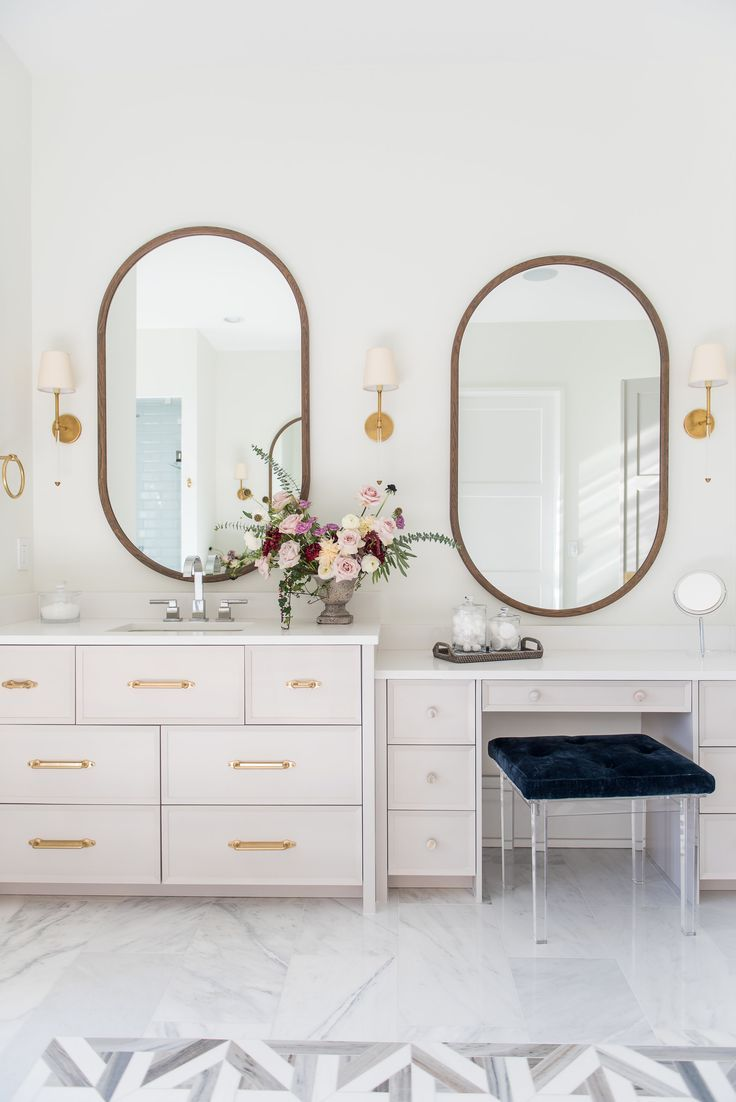 Badezimmer design gold gold touches in marble bathroom love the asymmetrical mirrors