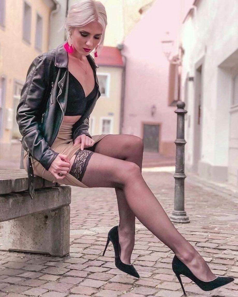Девушка в на каблуках курит видео, смотреть девушек уфа