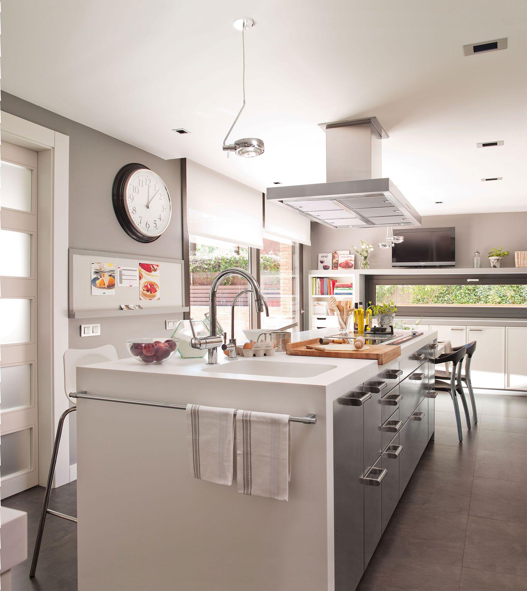Cocina con isla en blanco y gris | Cocina con isla, Islas de cocina ...