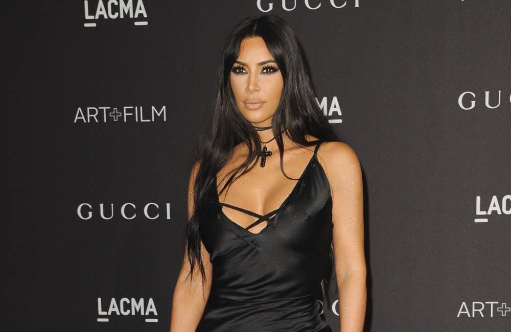 Kim Kardashian West Ist Der Meinung Das Geheimnis Ihrer Faltenfreien Haut Sei Dass Sie Versuche Weni Kardashian Kourtney Kardashian Optische Tauschung Kleid