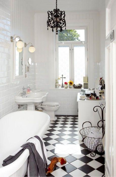 Ba o con suelo en azulejos blancos y negros deco for Banos blancos con negro