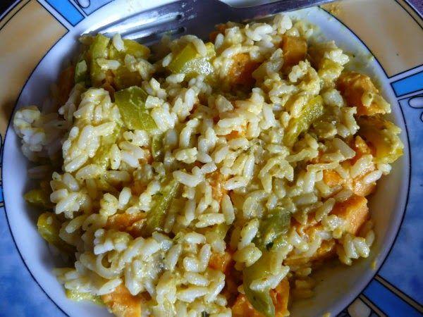 Jessi hatte diese Woche Reistag zum Beispiel mittags mit Reis mit Karotten, Paprika, Süßkartoffel und Zwiebel.