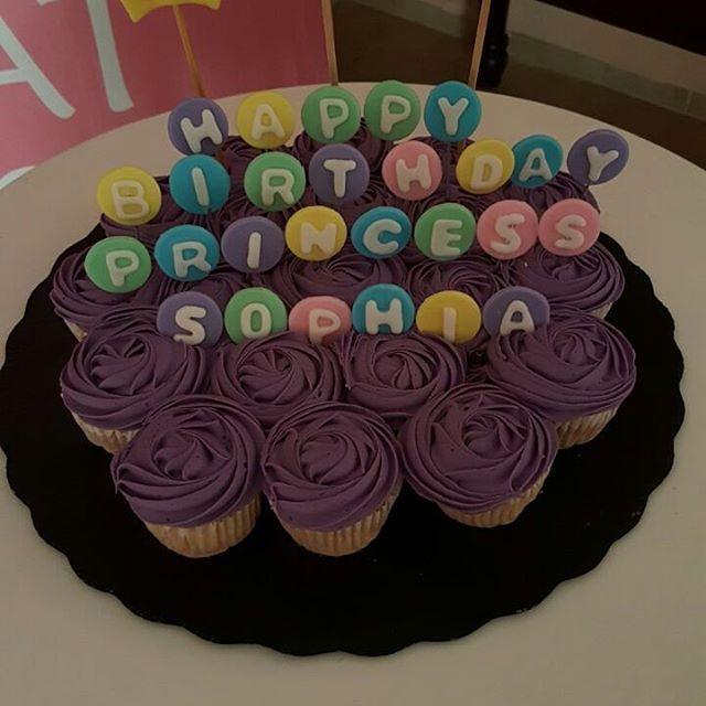 Hermoso pastel de minicupcakes para una linda princesa!! Si tienes una idea traela con nosotros y te la hacemos realidad!! #CupcakesbyMj te ofrece productos #Únicosydeliciosos. Cotizaciones por inbox y whatsapp al celular 9997389399