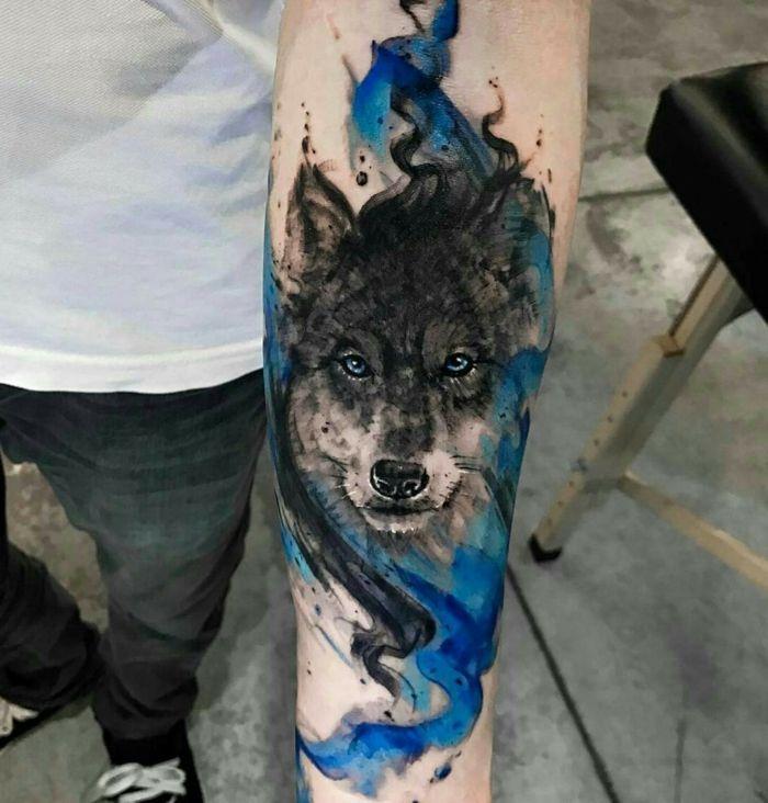 Tatuajes De Lobos Hombre Con Tatuaje En El Antebrazo Tatuaje En