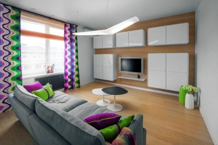 moderne wohnzimmereinrichtung mit kräftigen farbakzenten | tv ...