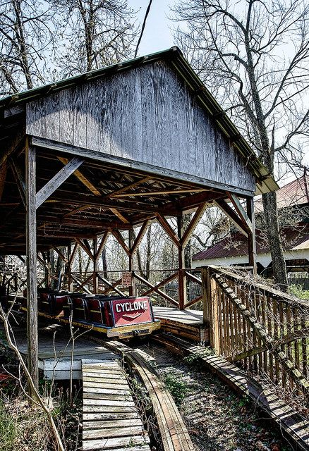 The Photos Of The Abandoned Williams Grove Amusement Park In Pennsylvania Are Chilling Abandoned Amusement Parks Abandoned Theme Parks Old Abandoned Houses