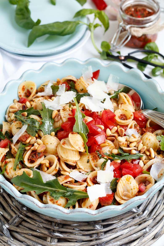 Italienischer Nudelsalat mit rotem Blitz-Pesto - emmikochteinfach