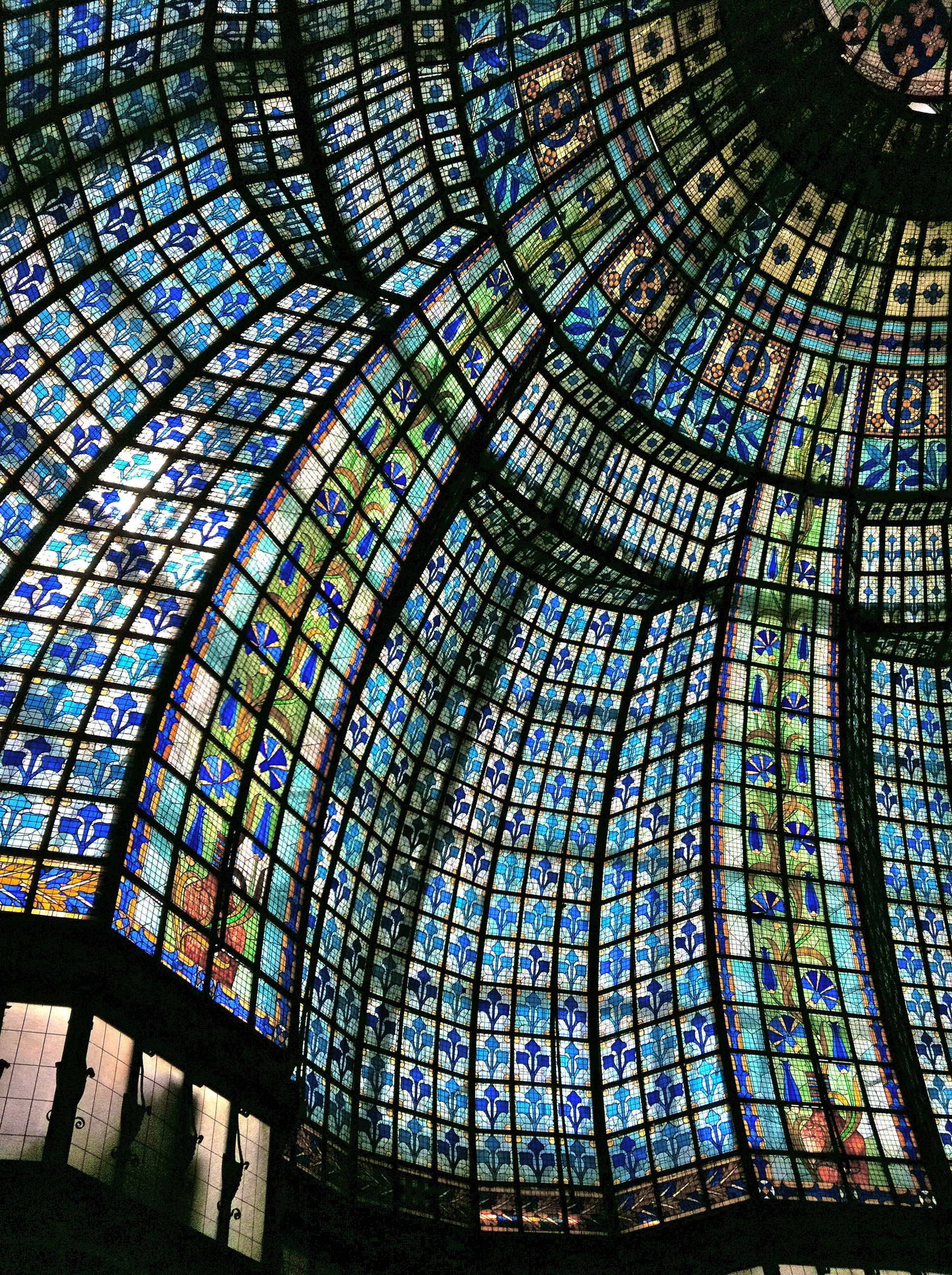 Stained glass dome in galeries lafayette department store for Dep design interieur