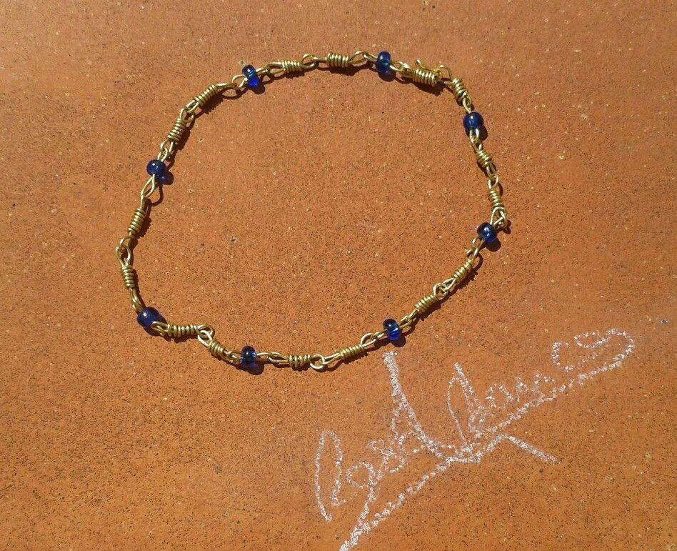 Tobillera de cobre y cristal azul. Diseño propio. Rosa Blanca.