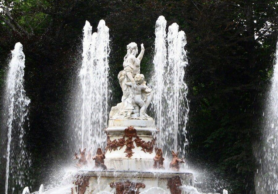 Fuente De Las Ranas Arriba Latona Con Hijos Apolo Y Diana La Granja Granja De San Ildefonso Granja Ranas