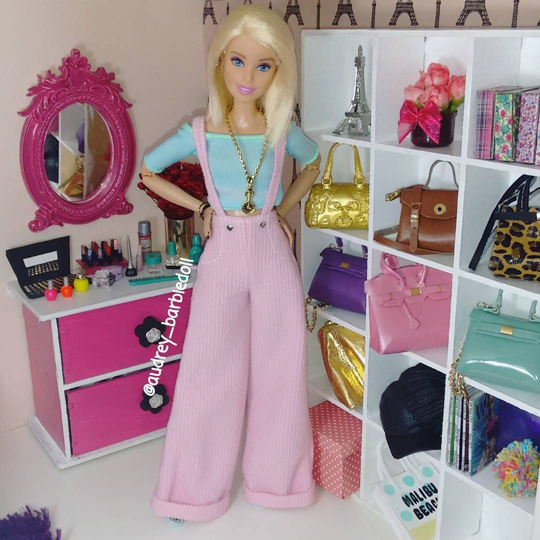 Amo demais essa jardineira ❤ #lookdodia #barbie #barbiestyle #barbiefashion #dollsgram #instadoll #instapic #insta #dollgram #dollphotography #doll #dollsofinstagram #life #barbielife #love #follow #photo #pic  #riodejaneiro #pink #flawless #girl #happy #style #diva #happiness #fashion #look #bedroom #barbiefurniture