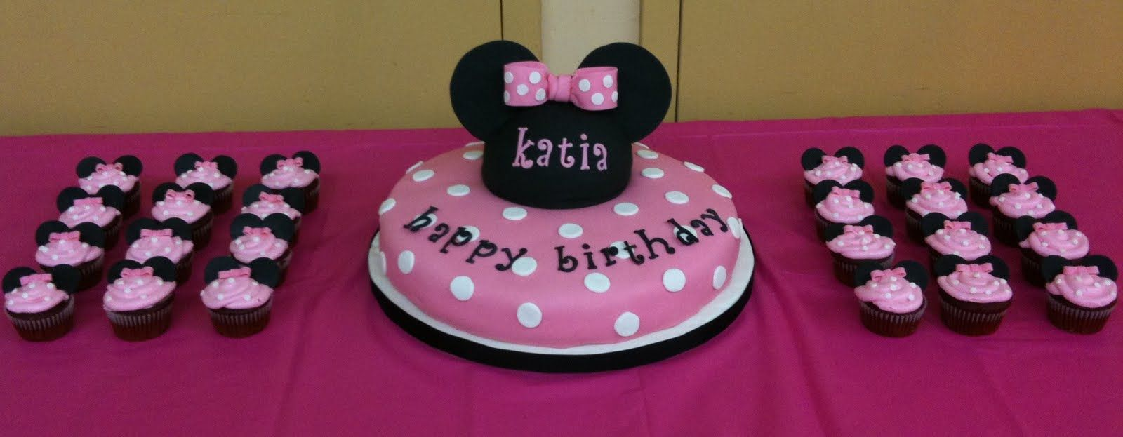 minnie cake so cute and looks so easy to make DISNEY Pinterest
