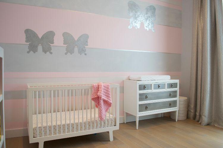 Wandgestaltung Babyzimmer Grau Rosa Streifenmuster Schmetterlinge Kinderzimmer Fur Madchen Rosa Madchen Zimmer Rosa Gestreifte Wande