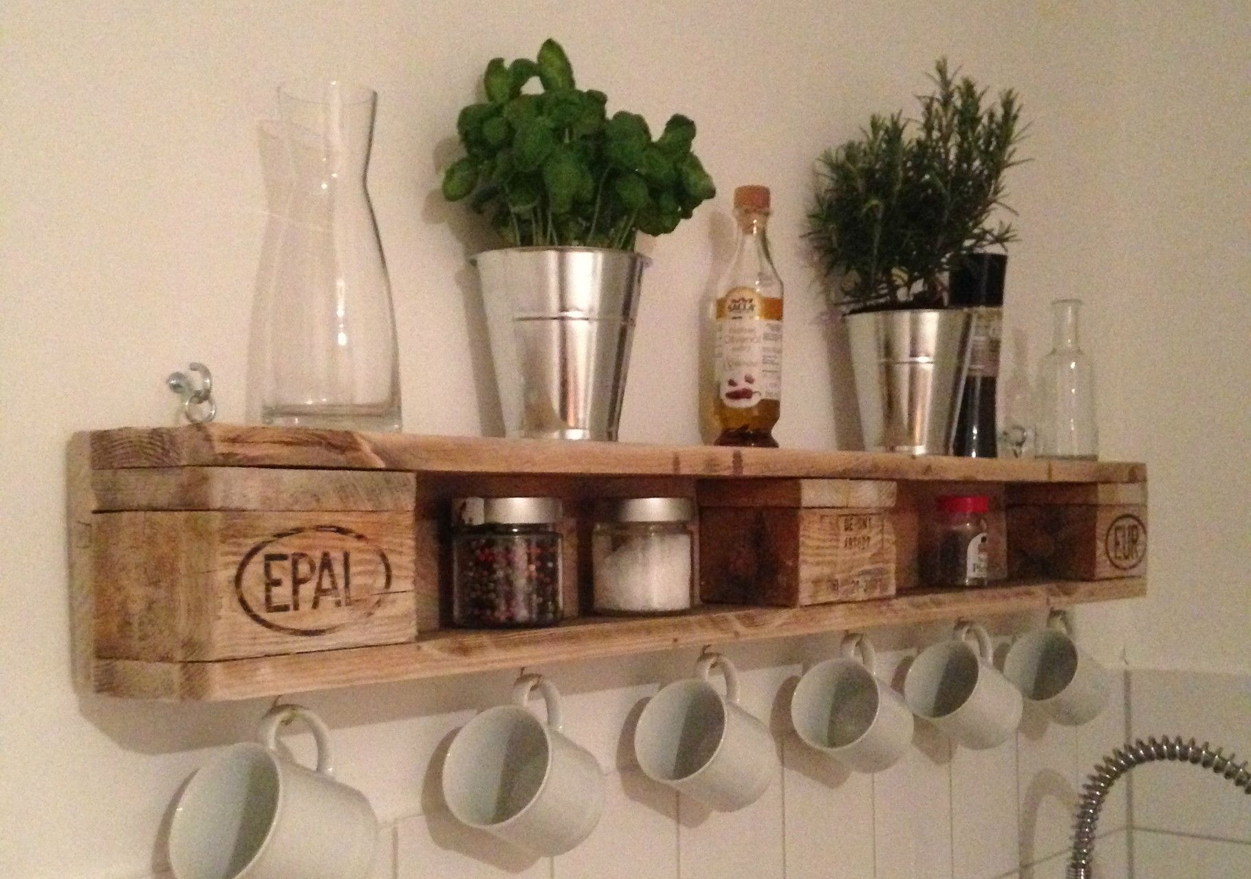 DIY-Wandregal aus Europaletten #europalette #kitchen | Paletten ...