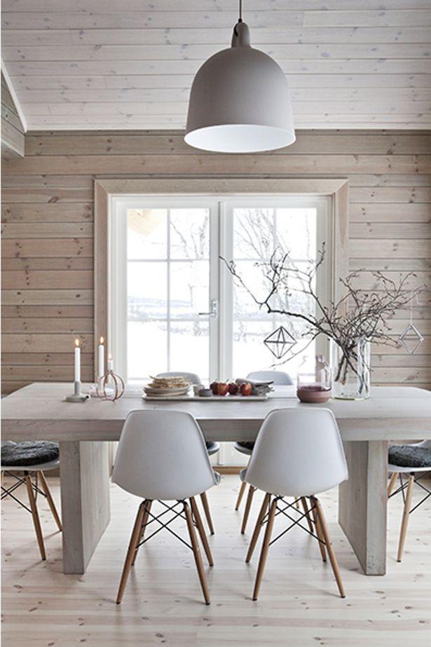 Holzhaus einrichten mit Weiß und Beton Ein schönes Esszimmer mit