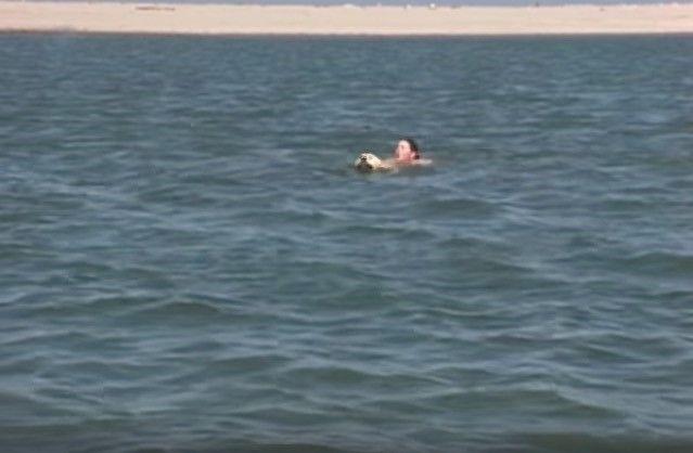 Este héroe ciertamente no lleva capa pero rescató a estas personas del mar quien es traicionero y estaba ahogando a cada uno de ellos