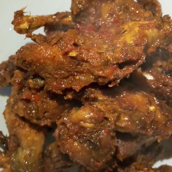 New in on the menu! PEPPERED CHICKEN WINGS. It can be tailored to your taste: SPICY, PEPPERY NAME IT! Its just 3500 with chips and hot sauce/ketchup. Not everytime swallow or rice, sometimes something light😊. 24 hr booking for this order. Good morning my yard people😘#seyrahsbukka  l#delicious