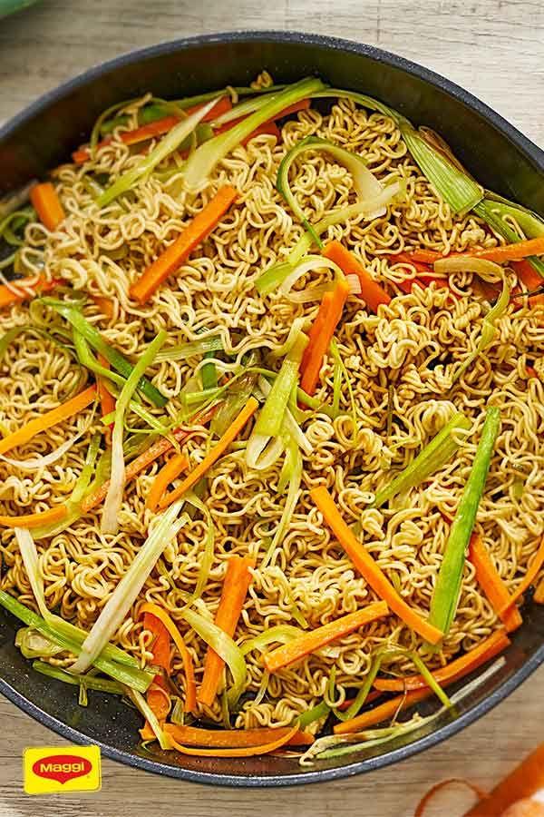 Asia-Nudeln mit buntem Gemüse