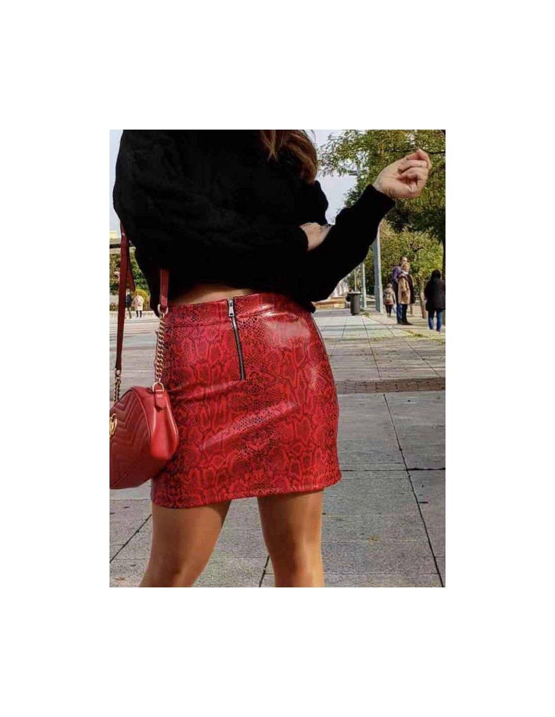 f43868accd Falda Polipiel Roja - Preciosa mini falda roja efecto marmol y cremallera  en el centro.