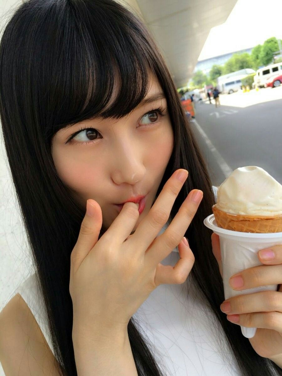 アイスを食べる矢倉楓子