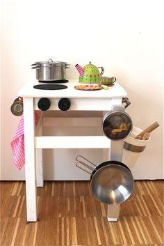 Spielküche aus altem Hocker, Bauklötzen und Korkuntersetzern