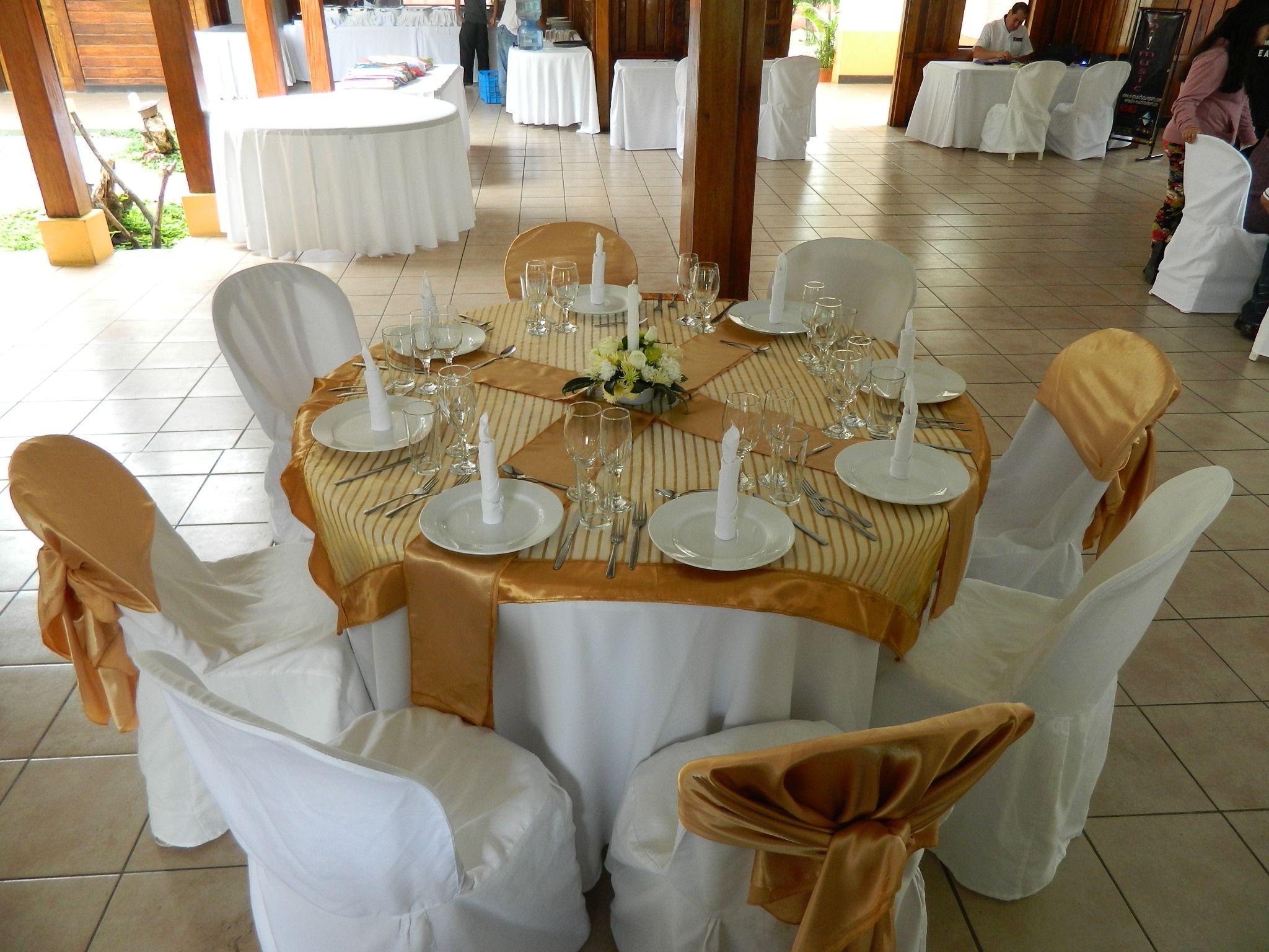 Montaje con mantel blanco y cubre mantel dorado noten las - Tipos de manteles ...