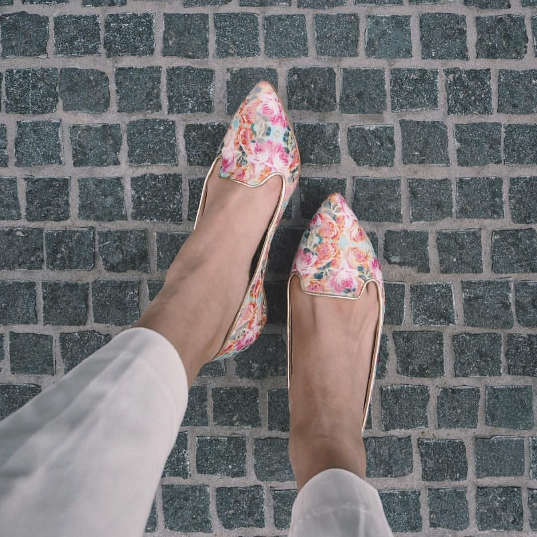 """岩上陽子 on Instagram: """"Floral shoes✔︎** ** 一目惚れで海外から取り寄せた花柄フラットシューズが届き** 履いたら春気分がめきめきしてきた、わたし単純 ** シンプル服のポイントに ** ** shoes→#guilhermina #anthropologie pants→#uniqlo#アンクルパンツ ** ** #instafashion#outfitoftheday#ootd#style#outfit#coordinate#guilherminashoes#kotd#flatshoes#フラットシューズ#足元くらぶ#今日の靴#今日の足元#ママコーデ#ママファッション#ファッション#コーデ#コーディネート#今日のコーデ#花柄#今日の服#今日のコーデ#白パンツ#フローラル#春コーデ#アンソロポロジー"""""""