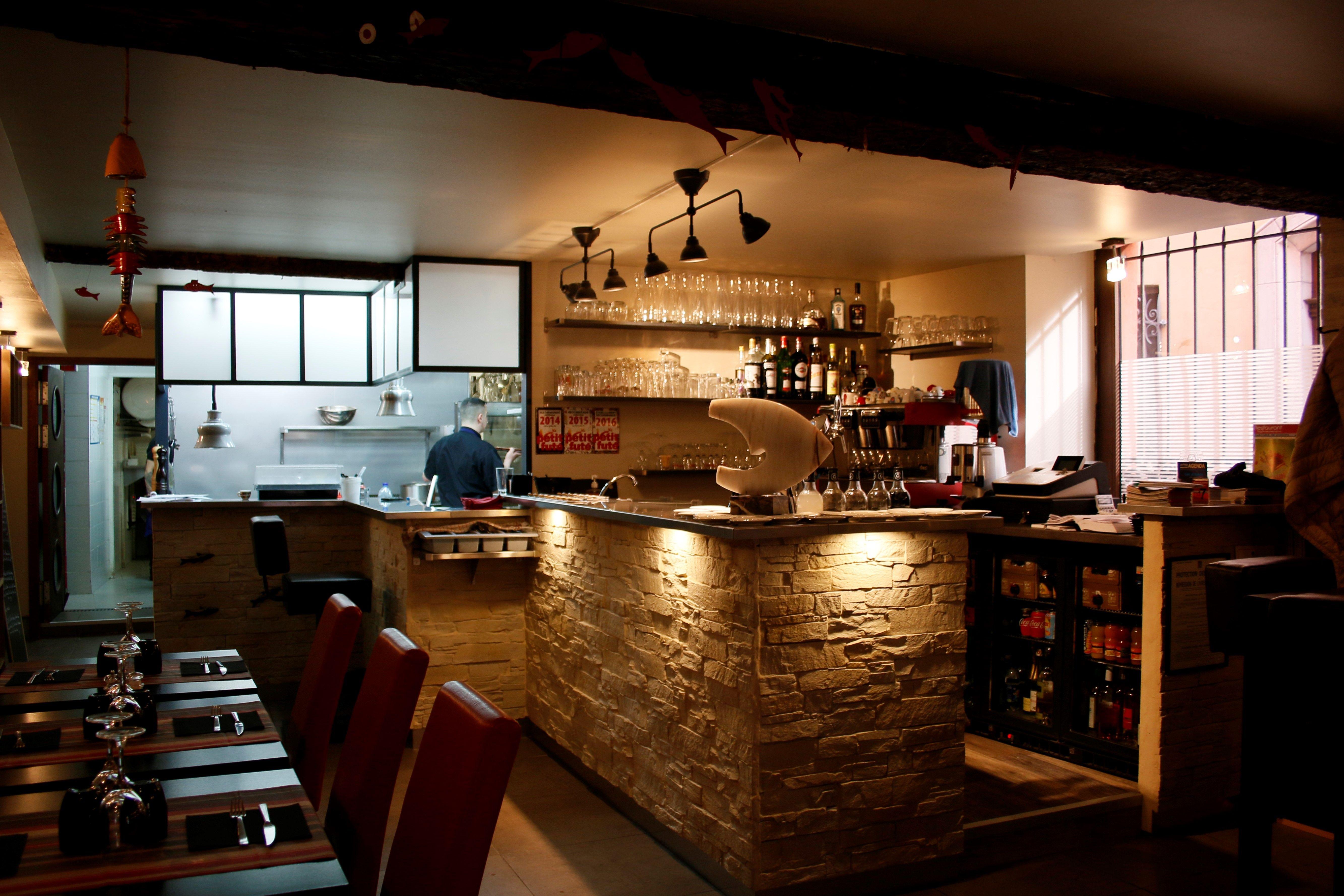 Un espace partagé, cuisine ou les clients peuvent passer, un bar ...