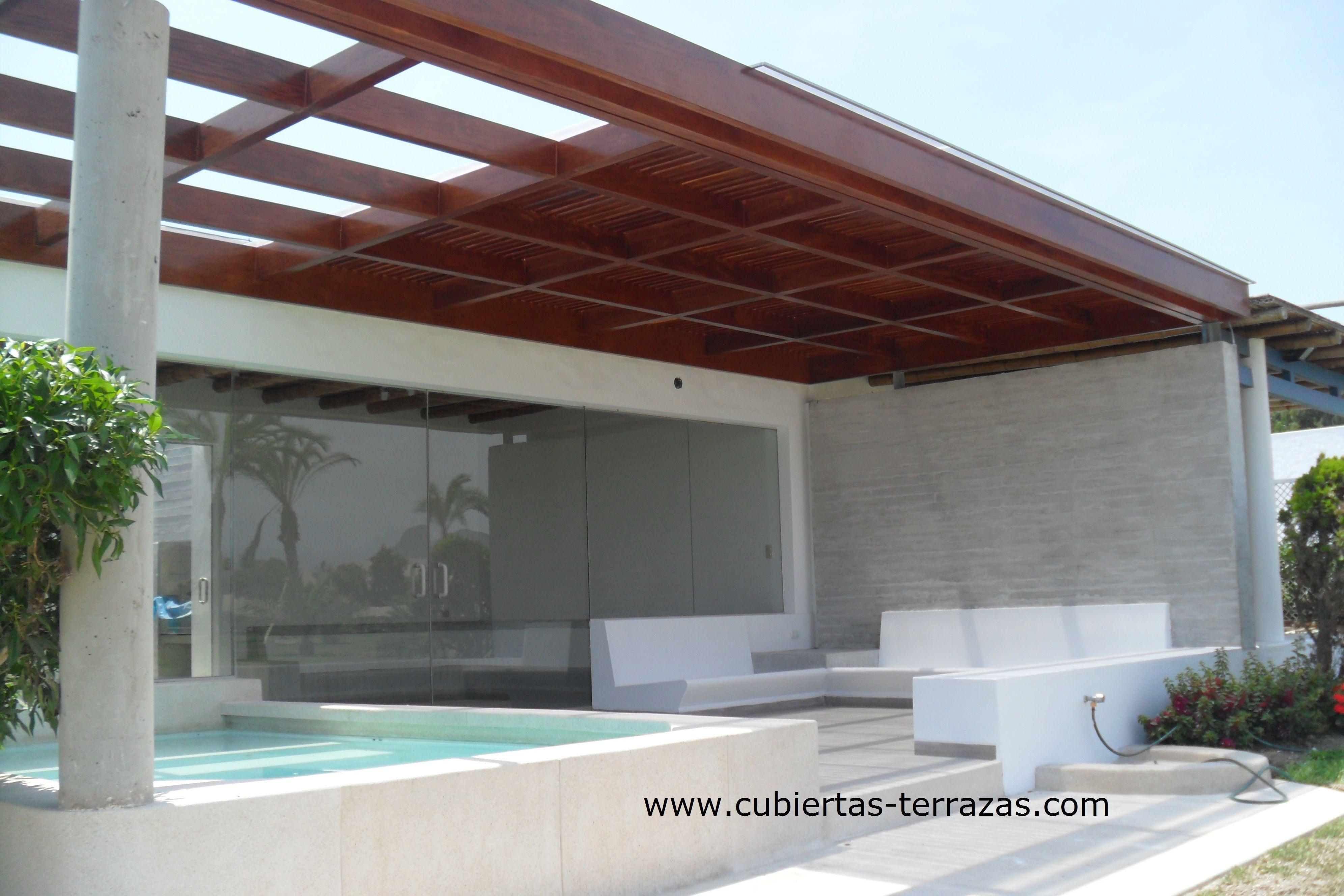 Techo de madera lacada con cubierta de policarbonato for Techos exteriores modernos