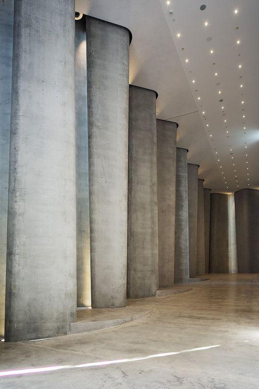 O Centro Len Lyeis é o único museu de apenas um artista da Nova Zelândia. Para esse projeto, foi usado aço inoxidável para dar formas às colunas, que criam padrões de luz em constante movimento.