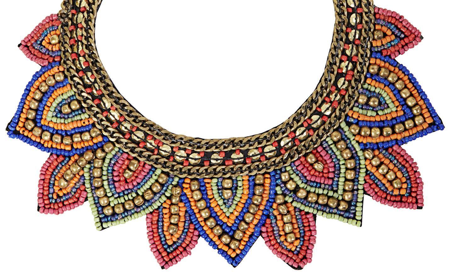 Materiale:  Corta collana in velluto nero ornata di due collane a maglie color oro, paillette color oro e perle arancio, rosso, pink, blu ed oro.          Circonferenza:  10,5 - 16 cm      Larghezza:  max. 6 cm