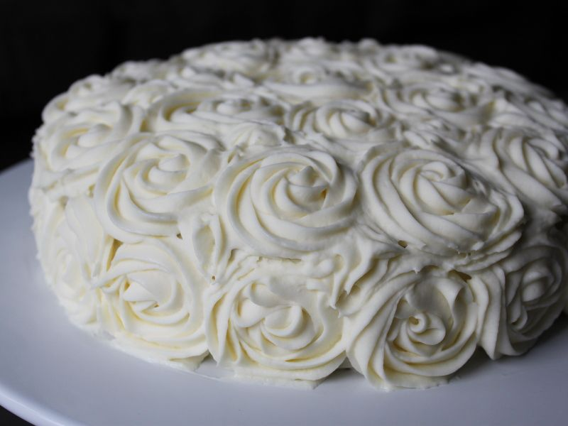 Beautiful and simple way to decorate a cake using cream ...