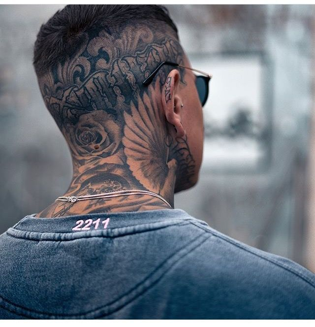 Mann tattoo hals 65 Schrift