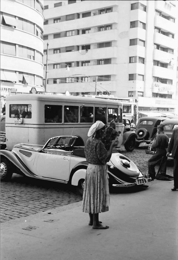 Contraste interbelice pe bulevardul Take Ionescu (azi Magheru), în 1939. Souerce: Willy Pragher