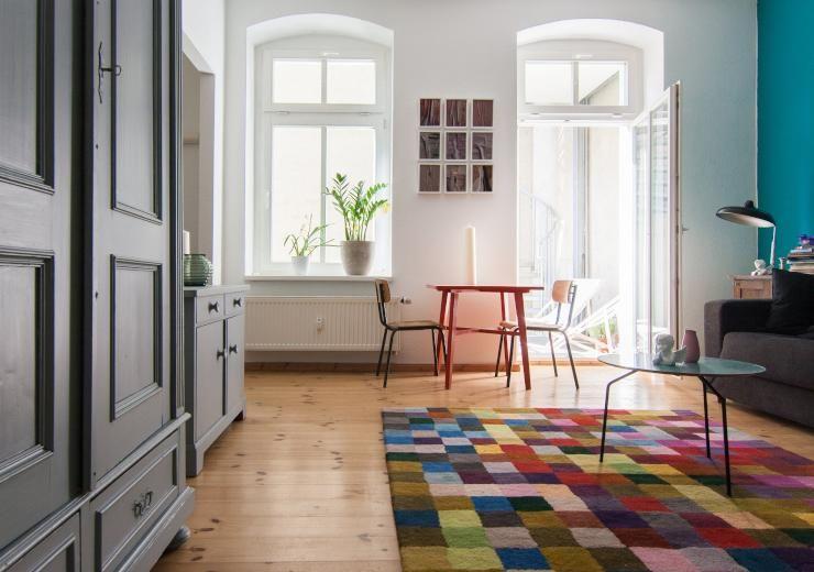 Schönes großes Zimmer mit buntem Teppich und hohen Altbaufenstern - welche farbe für wohnzimmer