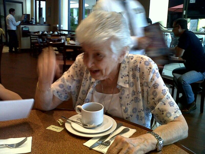 Mama cafeteando