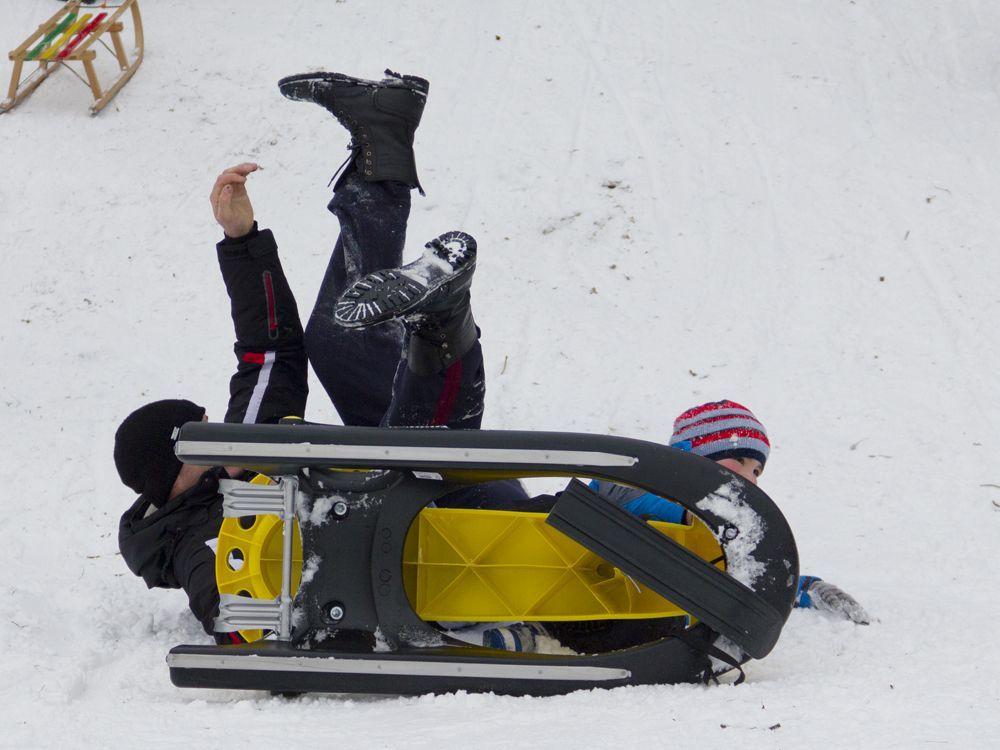 Auf den kurzen und nicht sehr steilen Abfahrten haben Groß und Klein auf Schlitten oder Poporutschern viel Spaß. Es gibt auch noch einen steilen Hang, wo sich der ein oder andere sogar auf Skiern herunter wagt. (foto: Katy Spichal)