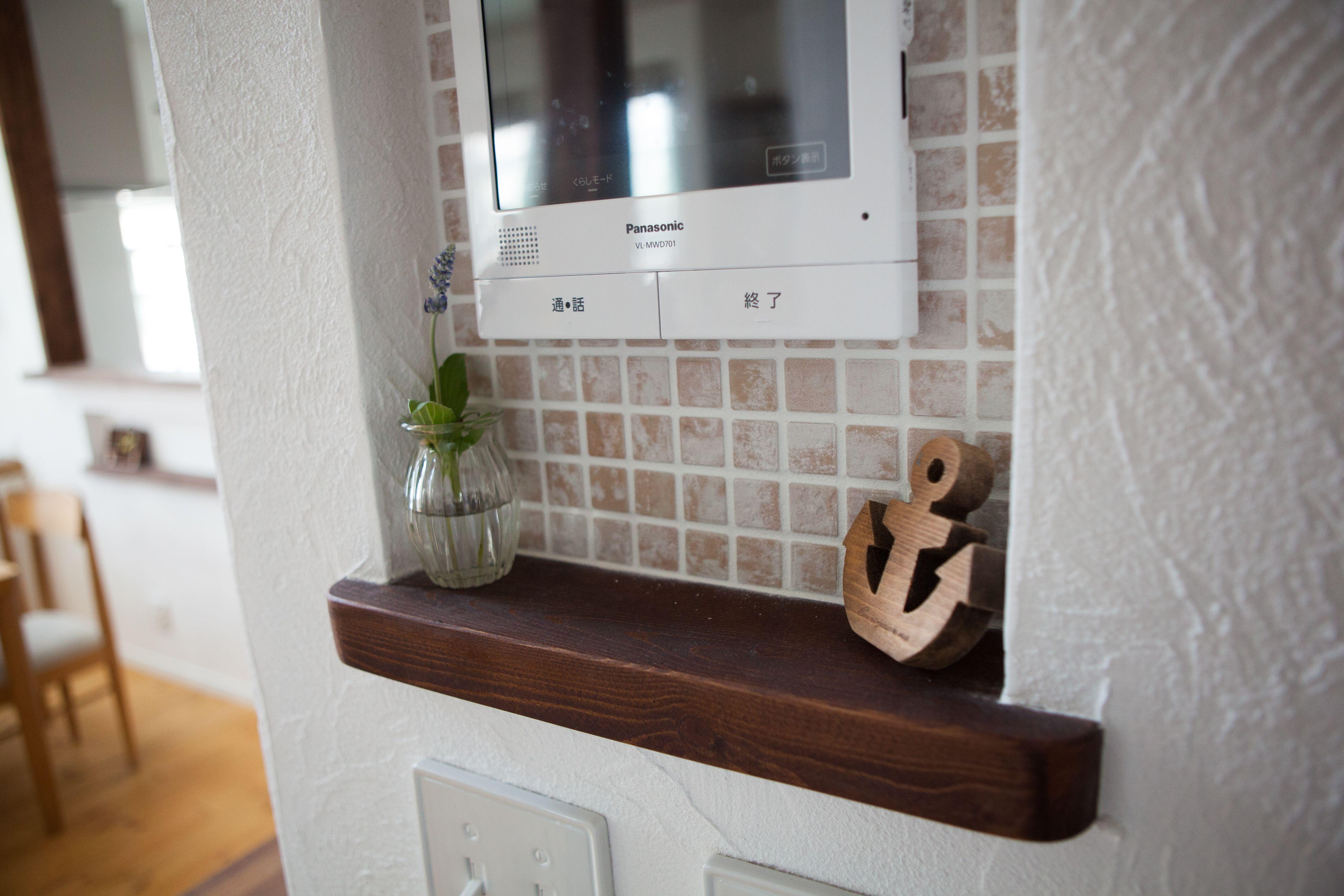 リモコン棚のニッチ奥にもタイルを貼って可愛く収納 タイル おしゃれな家 家 づくり