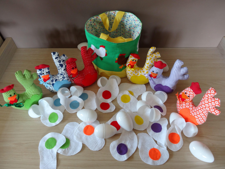 zelf gemaakt spel  de omelet zit in een plastiek ei , de kleuters moeten het juiste ei bij de kip leggen op kleur