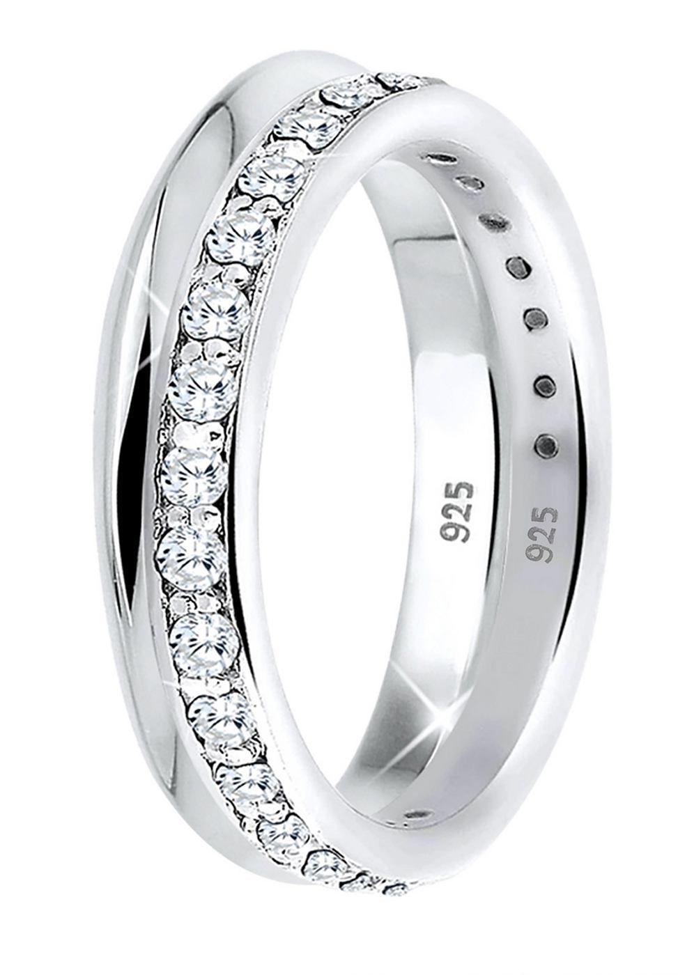 """Einzeln faszinierend, zusammen traumhaft schön. Zwei elegante 925er Sterling Silber Ringe im Set - einzeln oder zusammen tragbar. 1 Ring besetzt mit 25 weißen Zirkonia (1.5mm) in Reihenfassung und 1 Ring klassisch schlicht. Die Ringe sind hochglanzpoliert und in hochwertiger Juweliersqualität gearbeitet.  Weitere Hilfe zur Ringgröße:  Angegebene Größe in mm entspricht """"Ring Innen-Umfang"""", Umrec..."""