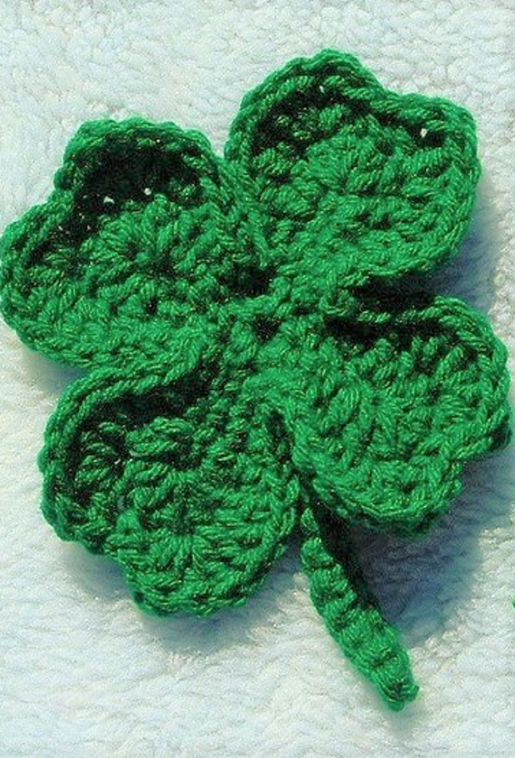Free Pattern] Lucky Clover Pin For St. Patrick\'s Day   Patrón libre ...