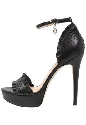 Guess Kalyn Sandalias Con Plataforma Black El Calzado Clásico Por Excelencia El calzado clásico por excelencia ha decidido reinventarse dando lugar a los zapatos de salón más innovadores.