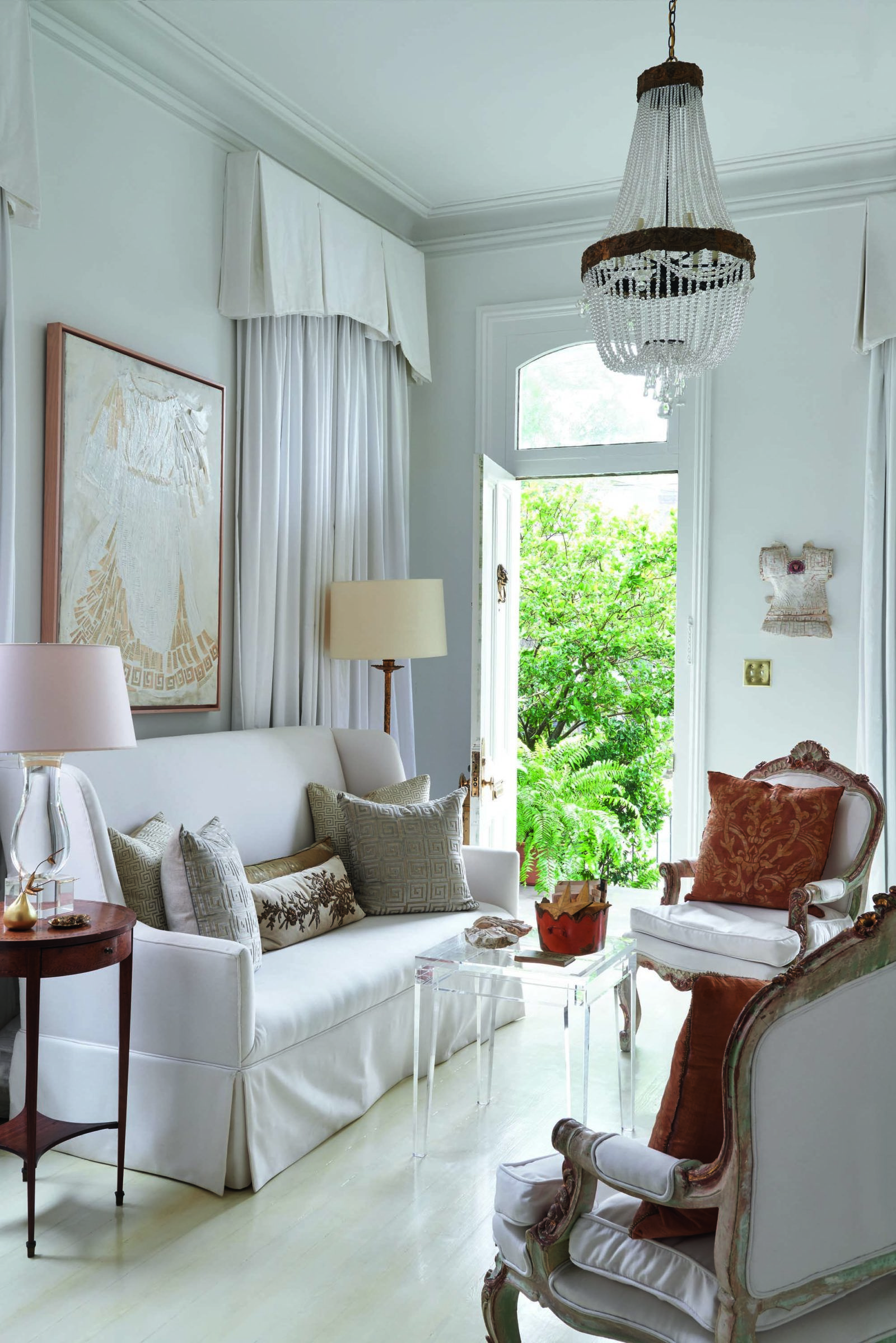 Artsy Living Room: Shining A Light On An Artistic New Orleans Cottage