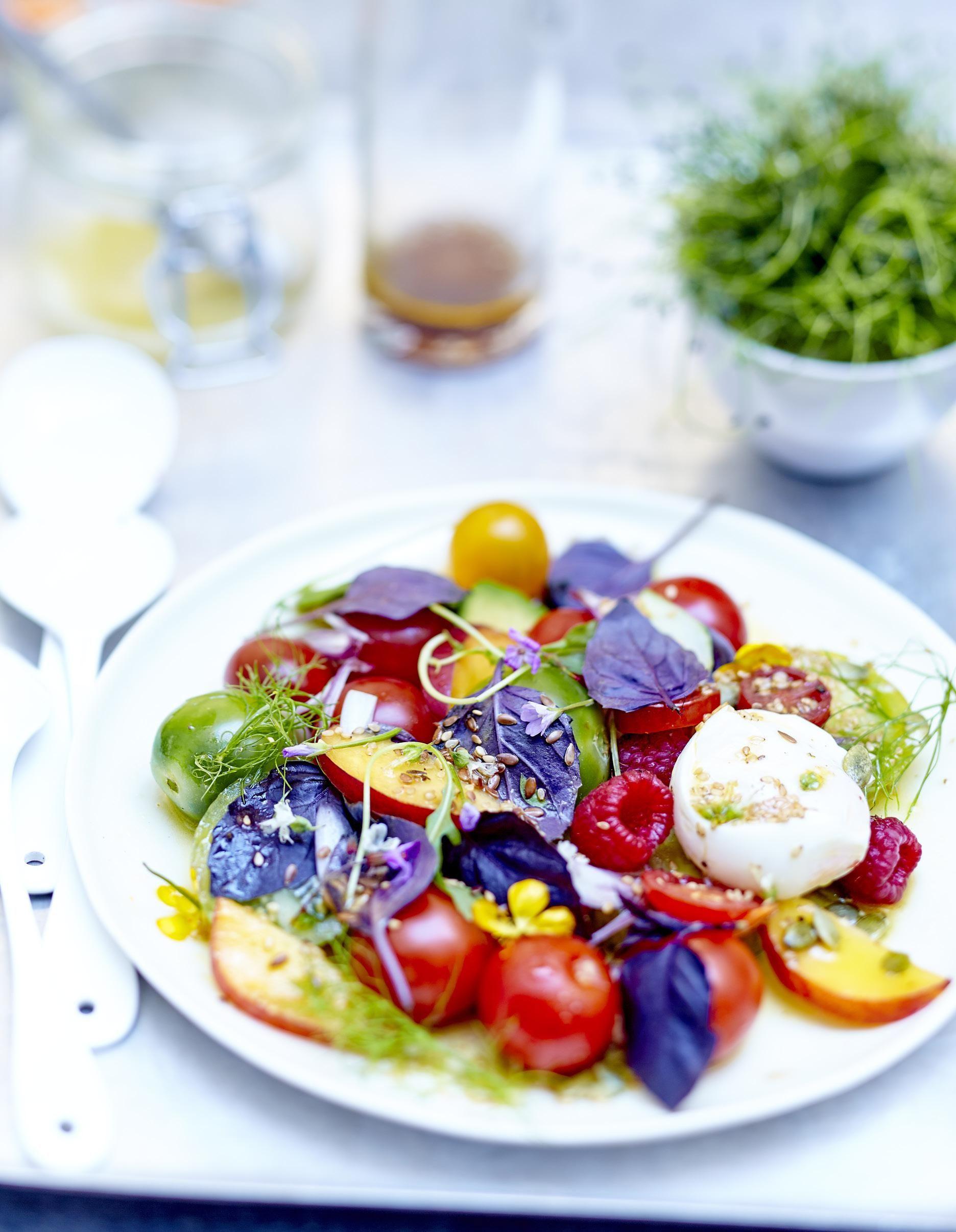 Salade de tomates, fruits, fleurs et burrata au basilic pourpre pour 6 personnes - Recettes Elle à Table