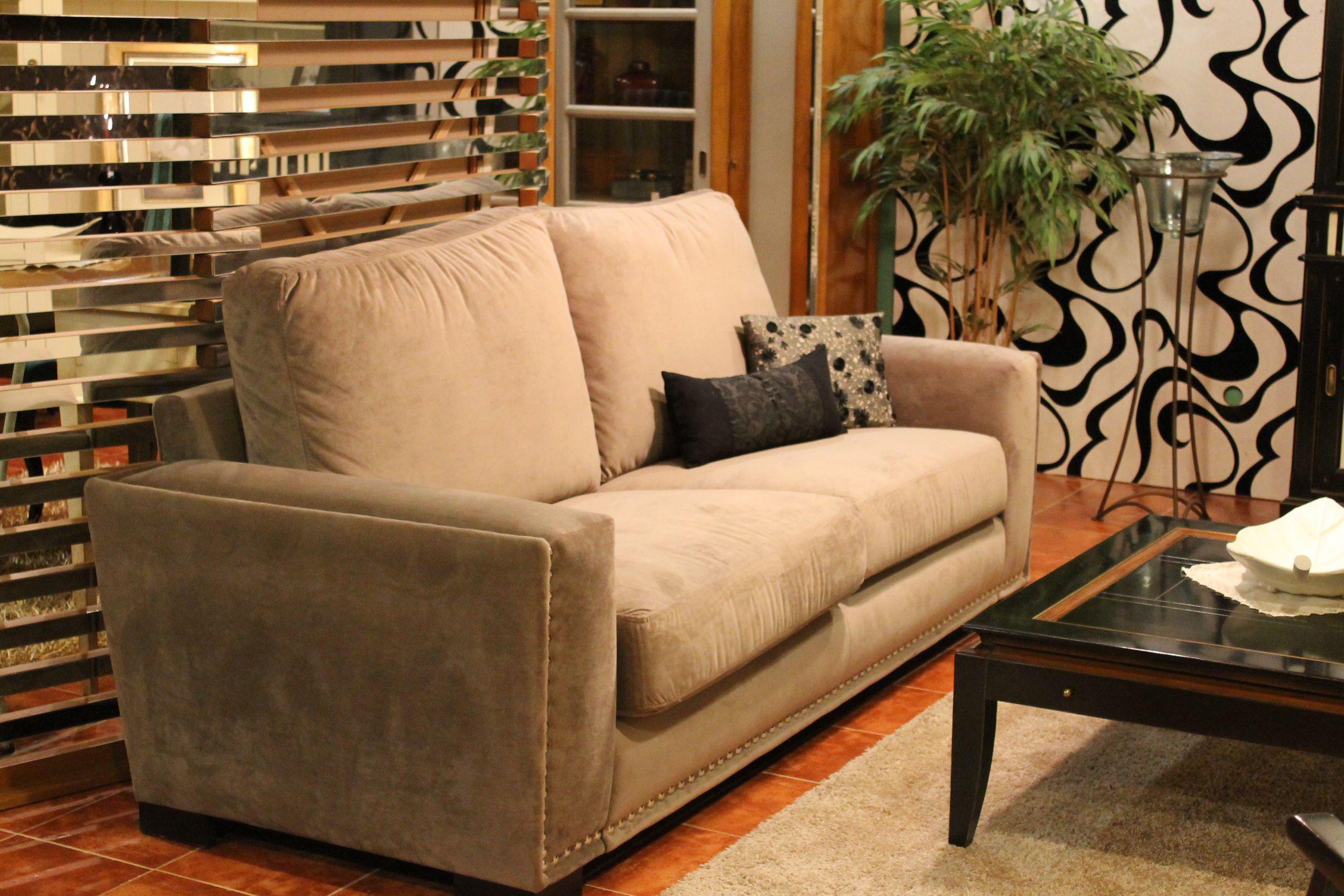 sofa estilo clasico tapizado en tela y con tachuelas