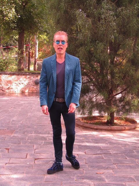 MODA ENTRE HERMANOS:  Azul Klein          Americana