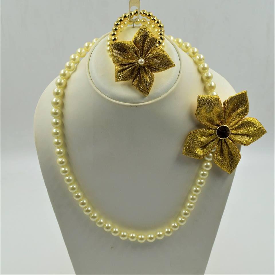 Description an elegant necklace and bracelet set with the sunshine