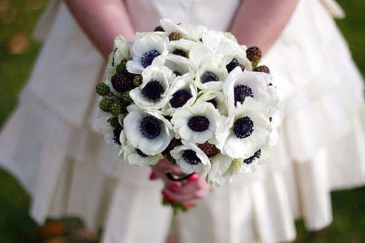 Bouquet Sposa Nero.9 Ways To Create A Black And White Wedding Theme Anemone Bridal Bouquet White Flower Arrangements White Wedding Flowers