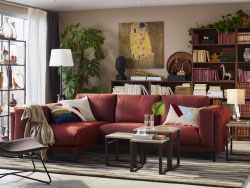 3人掛けの錆色レッドのソファコンビネーションを置いたリビングルーム