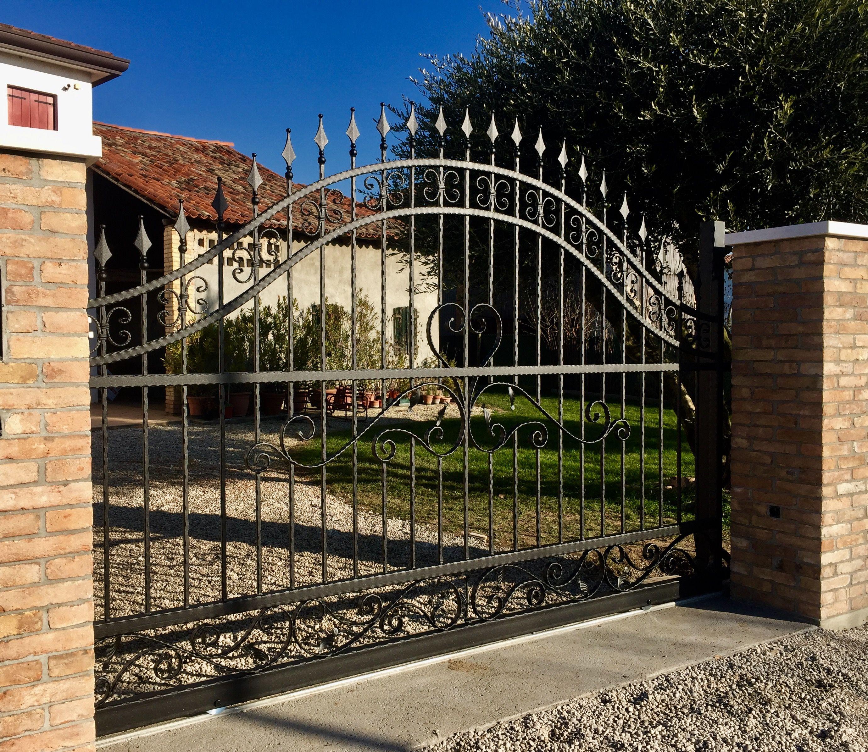 Cancello in ferro battuto con lavorazione a ricci colore nero grafite